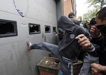 Участники акции штурмуют городской отдел милиции в Одессе, требуя отпустить задержанных после беспорядков, 4 мая 2014 года. Одесская милиция, здание которой в воскресенье штурмовали пророссийские активисты, освободила 67 их сторонников, задержанных в пятницу за участие в беспорядках, унесших более 40 жизней. REUTERS/Gleb Garanich
