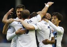 """Игроки """"Манчестер Сити"""" радуются голу в ворота """"Эвертона"""" в матче чемпионата Англии в Ливерпуле 3 мая 2014 года. """"Манчестер Сити"""" обыграл """"Эвертон"""" в 37-м туре чемпионата Англии и сохранил статус фаворита в чемпионской гонке. REUTERS/Russell Cheyne"""