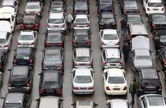 Les ventes de voitures neuves ont reculé 3,6% en Allemagne en avril, accusant ainsi leur première baisse en cinq mois, selon des chiffres officiels publiés lundi qui suggèrent que la reprise du premier marché automobile européen reste fragile. /Photo d'archives/REUTERS/Michaela Rehle