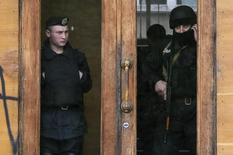 Police stand guard inside a regional government building at the Black Sea port of Odessa May 5, 2014. REUTERS/Gleb Garanich