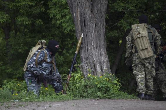 Pro-Russian armed men take positions near the town of Slaviansk, eastern Ukraine, May 5, 2014. REUTERS-Baz Ratner