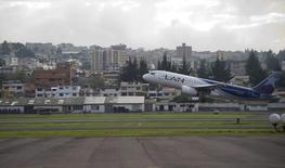 ATAM Airlines, la mayor firma aerocomercial de América Latina, dijo el lunes que invertirá 12.213 millones de dólares hasta el 2020 en nuevas aeronaves, para reforzar sus operaciones en la región y reducir sus gastos en combustibles. Quito, 19 de noviembre de 2012. REUTERS/Guillermo Granja