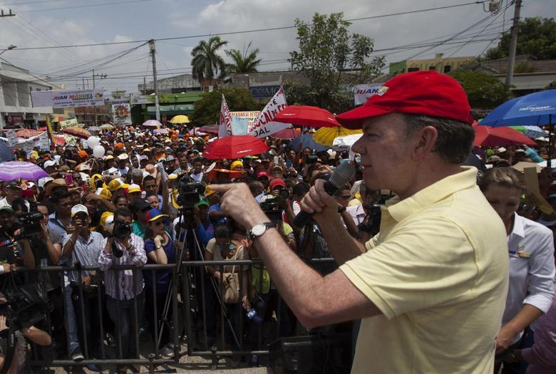 Colombia's President and presidential candidate Juan Manuel Santos delivers a speech during a campaign rally in Soledad, northern Colombia May 4, 2014. REUTERS/Eliana Aponte/Juan Manuel Santos Election Campaign/Handout via Reuters
