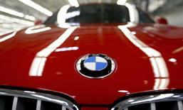 Логотип BMW на капоте автомобиля на заводе в Спартанберге, 28 марта 2014 года. Германский производитель престижных автомобилей BMW AG подтвердил свой амбициозный прогноз на 2014 год после того, как в первом квартале операционная прибыль выросла на 2,6 процента, на уровне прогнозов, чему помог рост продаж машин на 12,1 процента. REUTERS/Chris Keane