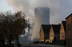 Дома рядом с угольной теплоэлектростанцией в немецком городе Нидерауссем, 14 ноября 2013 года. Представители Европейского союза обсудили за закрытыми дверями в понедельник варианты снижения зависимости от российского газа. REUTERS/Ina Fassbender