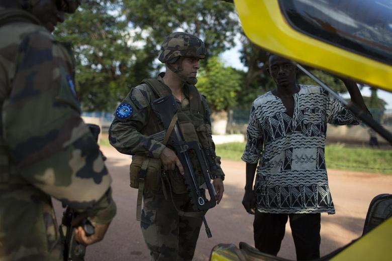 French soldiers from the newly deployed EUFOR-RCA European Union military operation in the Central African Republic inspect the back of a taxi as they guard the entrance of the airport in the capital Bangui May 4, 2014. REUTERS/Siegfried Modola