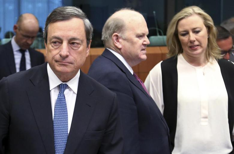 (L-R) European Central Bank (ECB) President Mario Draghi, Ireland's Finance Minister Michael Noonan and his Finnish counterpart Jutta Urpilainen attend a Eurozone finance ministers meeting in Brussels May 5, 2014. REUTERS/Francois Lenoir