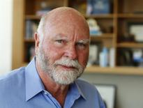 En la imagen de archivo el investigador genético Craig Venter fotografiado en su oficina de La Jolla, California, el 7 de marzo de 2014. El pionero del genoma J. Craig Venter se asoció con una filial de United Therapeutics para desarrollar pulmones de cerdos que han sido modificados genéticamente para ser compatibles con los humanos, un hito que, de tener éxito, podría dar solución a la urgente necesidad de trasplantes de órganos para personas con enfermedades pulmonares terminales. REUTERS/Mike Blake