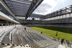 Vista interna da Arena da Baixada, em Curitiba, que ainda está incompleta a menos de 40 dias da Copa do Mundo. 22/04/2014 REUTERS/Rodolfo Buhrer