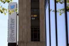 En la imagen, un logotipo de Twitter frente a la sede central en Market Street, en San Francisco, el 29 de abril de 2014. REUTERS/Robert Galbraith. Las acciones de Twitter Inc cayeron el martes un 18 por ciento para tocar un nuevo mínimo en una frenética sesión en Nueva York, que borró más de 4.000 millones de dólares de su valor de mercado, al expirar una restricción de seis meses que impedía que los primeros inversores vendieran sus papeles.