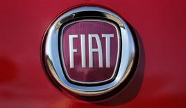 El logo de Fiat es visto en un vehículo a las afueras de la sede de la firma Fiat Chrysler durante el día de los inversionistas FCA en Auburn Hills, Michigan, 6 de mayo del 2014. Fiat Chrysler está apostando a una expansión vertiginosa de sus marcas de alta gama Alfa Romeo, Jeep y Maserati para transformarse a sí misma en una potencia mundial en la fabricación de automóviles en un plazo de cinco años. REUTERS/Rebecca Cook.
