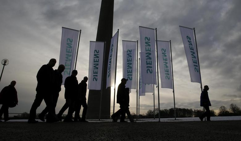 Shareholders of German engineering group Siemens arrive for the company's annual shareholder meeting in Munich January 28, 2014. REUTERS/Michael Dalder