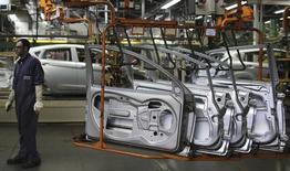 Operário em uma fábrica de carros da Ford, em São Bernardo do Campo, São Paulo. A produção industrial brasileira recuou 0,5 por cento em março, informou o Instituto Brasileiro de Geografia e Estatística (IBGE) nesta quarta-feira. 13/08/2013. REUTERS/Nacho Doce