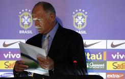 O técnico Luiz Felipe Scolari chega com lista de jogadores para convocação do Brasil para a Copa do Mundo de 2014, nesta quarta-feira, no Rio de Janeiro. REUTERS/Sergio Moraes