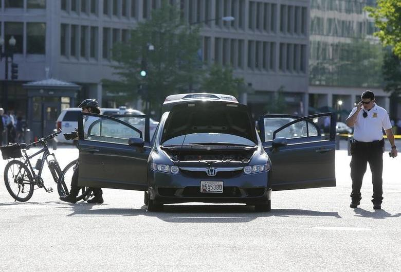 Members of the Uniformed Division of the Secret Service investigate an unauthorized vehicle outside the White House gates in Washington May 6, 2014. REUTERS/Jonathan Ernst