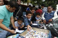 Con el Mundial a la vuelta de la esquina, millones de hinchas están despegándose de sus iPad para coleccionar figuritas de jugadores, un pasatiempo de otra época que sobrevive en la era digital. REUTERS/Mariana Bazo