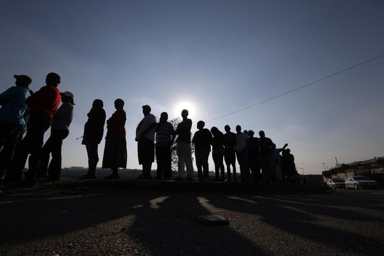 Voters queue to cast their ballots in Johannesburg's Alexandra township, May 7, 2014. REUTERS/Mike Hutchings