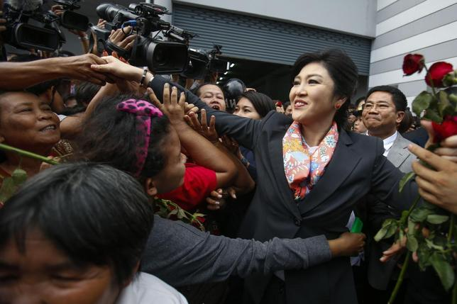 Thailand's Prime Minister Yingluck Shinawatra greets her supporters as she leaves the Permanent Secretary of Defence office in Bangkok May 7, 2014. REUTERS/Athit Perawongmetha