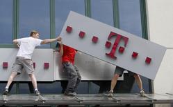 Le logo de T-Mobile, de Deutsche Telekom. L'entreprise allemande a annoncé jeudi une baisse de 3,9% de son bénéfice courant au premier trimestre en dépit d'une hausse de 8% de son chiffre d'affaires en raison du poids de ses investissements aux Etats-Unis.  /Photo d'archives/REUTERS/Kacper Pempel