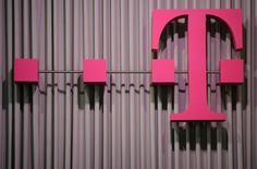 Логотип Deutsche Telekom на выставке CeBit в Ганновере 6 марта 2012 года. Deutsche Telekom сообщила в четверг о падении прибыли в прошлом квартале на 3,9 процента из-за расходов на американского оператора T-Mobile US, где ей принадлежит контроль. REUTERS/Fabian Bimmer/Files