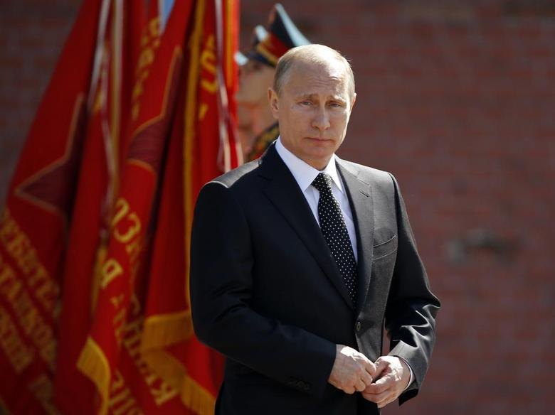 Russian President Vladimir Putin takes part in a wreath-laying ceremony by the Kremlin wall on the eve of the Victory Day celebrations in central Moscow, May 8, 2014. REUTERS/Sergei Karpukhin