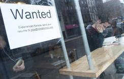 Aviso de empleo en la ventana de un café en Brooklyn, Nueva York, mar 7, 2014. El número de estadounidenses que solicitaron por primera vez el seguro de desempleo bajó más de lo previsto la semana pasada, indicando que el mercado laboral se fortalece a pesar de una subida de las peticiones en semanas previas. REUTERS/Keith Bedford