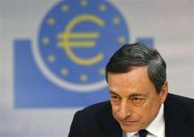La moderada recuperación de la zona euro sigue su curso y las presiones inflacionarias están contenidas, dijo el jueves el presidente del Banco Central Europeo, Mario Draghi, que se comprometió además a mantener las tasas de interés bajas por un período extendido de tiempo. En la imagen, Draghi en una conferencia de prensa. REUTERS/Ralph Orlowski