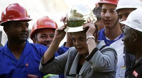 A presidente Dilma Rousseff ganha capacete dourado de operários na Arena Corinthians durante visita nesta quinta-feira. REUTERS/Nacho Doce