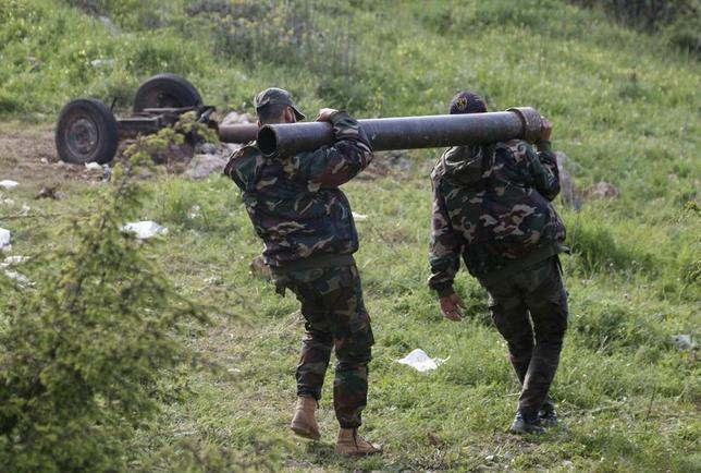 Rebel fighters carry a mortar to be fired towards forces loyal to Syria's President Bashar al-Assad, who are positioned around the Armenian Christian town of Kasab April 27, 2014.  REUTERS/Alaa Khweled