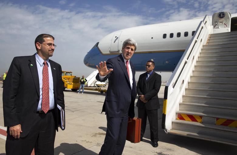 U.S. Secretary of State John Kerry says goodbye to U.S. Ambassador to Israel Daniel Shapiro (L) as he leaves Tel Aviv April 1, 2014. REUTERS/Jacquelyn Martin/Pool