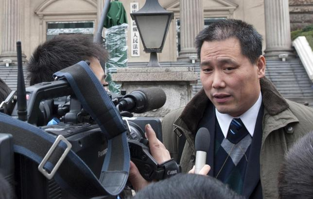 Chinese lawyer Pu Zhiqiang (R) speaks to journalists outside a courthouse in Chongqing municipality, December 28, 2012. REUTERS/Stringer