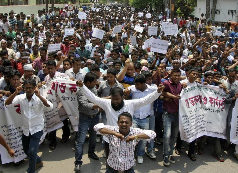 Members of All Assam Minority Students Union (AAMSU) shout slogans during a protest against the recent killing of Muslims by suspected tribal militants, in Guwahati, the main city in the northeastern Indian state of Assam, May 6, 2014. REUTERS/Stringer