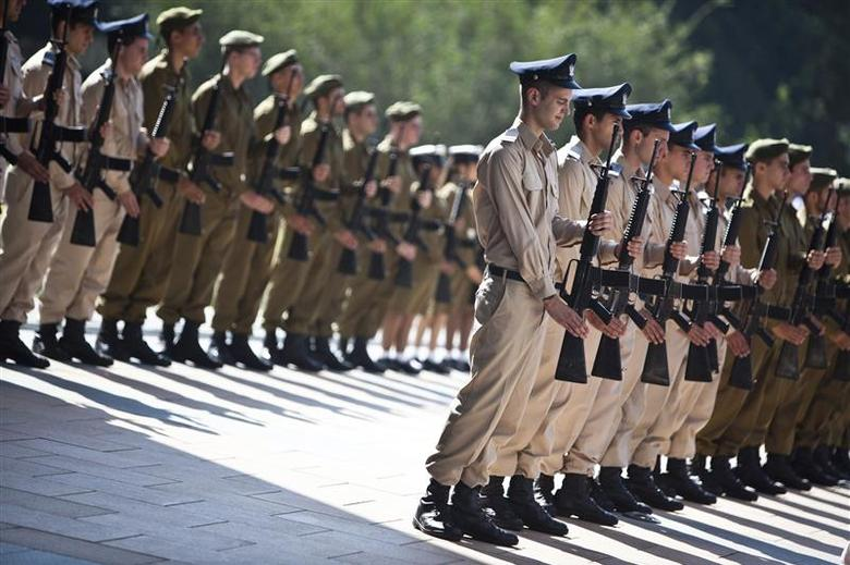 Israeli soldiers take part in an honour guard ceremony for U.S. Chairman of the Joint Chiefs of Staff General Martin Dempsey (not seen) at the Kirya base in Tel Aviv October 29, 2012. REUTERS/Nir Elias