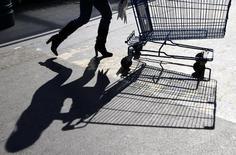 La faiblesse persistante de la consommation en France doublée d'une guerre des prix qui va s'intensifiant pourrait s'avérer plus ravageuse que prévu par les investisseurs pour les marges des distributeurs. /Photo d'archives/REUTERS/Eric Gaillard