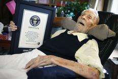 L'homme le plus vieux du monde est un spécialiste des sciences occultes âgé de 111 ans et habitant à New York. Alexander Imich, né en Pologne en 1903, a fêté ses 111 ans en février et le Livre Guinness des records lui a attribué le titre d'homme le plus vieux du monde le mois dernier. /Photo prise le 9 mai 2014/REUTERS/Mike Segar