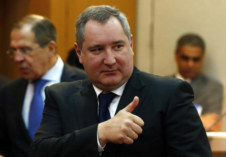 Russia's Deputy Prime Minister Dmitry Rogozin gives a thumbs up next to Russia's Foreign Minister Sergei Lavrov (L) before the start of a signing ceremony in New Delhi December 24, 2012. REUTERS/Grigory Dukor