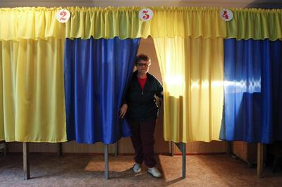 Ukraine warns of 'abyss' as rebel east approaches...