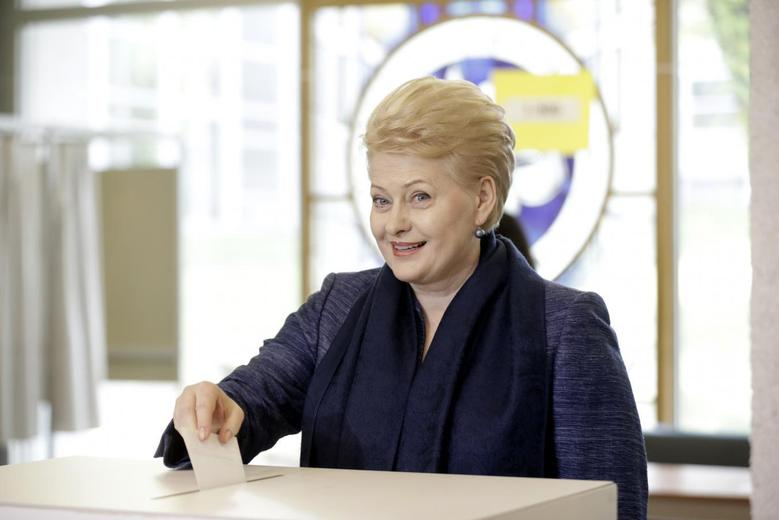 Lithuanian President and independent presidential candidate Dalia Grybauskaite casts her vote during the first round of the country's presidential election in Vilnius May 11, 2014. REUTERS/Ints Kalnins