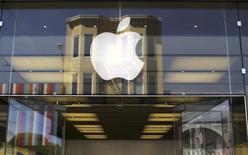 El logo de Apple en una tienda minorista de la compañía en San Francisco, EEUU, abr 23 2014. Apple redujo a la mitad el tiempo que tarda en devolver el dinero a los clientes que quieren devolver sus iPhone u otros dispositivos a través de sus tiendas online, un paso pequeño pero crucial para intentar que más gente compre de forma directa a través de su web. REUTERS/Robert Galbraith