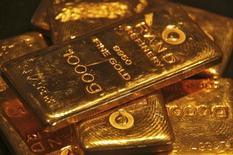Слитки золота в ювелирном магазине в Чандигархе 8 мая 2012 года. Цены на золото снижаются за счет подъема на фондовых рынках и оттока средств из биржевых фондов. REUTERS/Ajay Verma