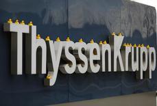 Игрушечные утки на вывеске ThyssenKrupp во время акции протеста в Эссене 25 февраля 2014 года. Немецкий стальной гигант ThyssenKrupp повысил прогноз операционной прибыли на текущий финансовый год во вторник, сократив расходы и забрав обратно часть бизнеса по выпуску нержавеющей стали у финской Outokumpu. REUTERS/Ina Fassbender