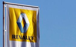 Vers 12h35, Renault s'inscrit en hausse de 2,33% à la Bourse de Paris, dans le sillage de son partenaire Nissan qui a clôturé sur un bond de 5% à Tokyo après l'annonce de ses résultats et de ses prévisions. Au même moment, le CAC gagne 0,21% à 4.503,19 points. /Photo d'archives/REUTERS/Régis Duvignau