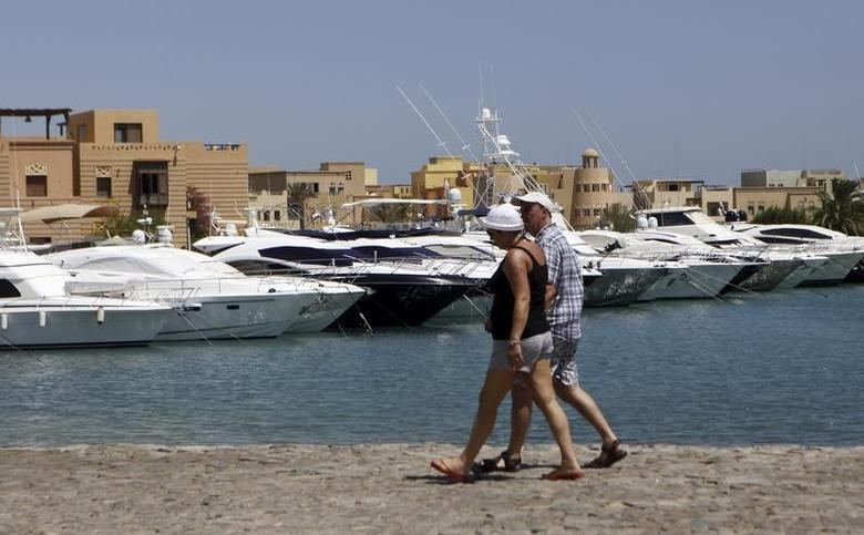 Tourists walk at an empty beach at the coast of the Red Sea of El-Gouna in Hurghada, about 464 km (288 miles) from the capital Cairo, September 11, 2013.   REUTERS/Amr Abdallah Dalsh