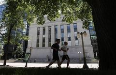 Joggers run past the Bank of Canada building in Ottawa June 5, 2012. REUTERS/Chris Wattie