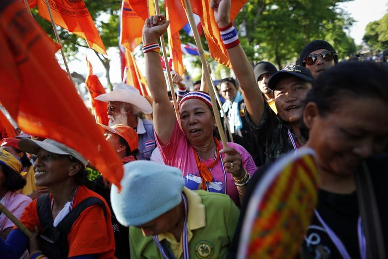 Anti-government protesters react as their leader arrives at Thailand's parliament building during the senate session in Bangkok May 12, 2014. REUTERS/Damir Sagolj