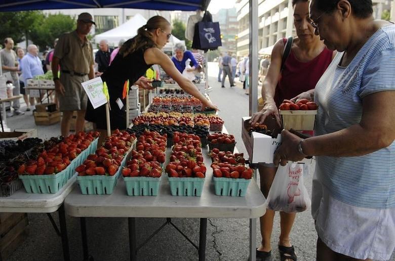 Customers select strawberries at the Westmoreland Berry Farm stand at the Arlington Farmers' Market in Arlington, Virginia in this picture taken June 28, 2008. REUTERS/Jonathan Ernst