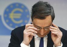 En la imagen, el presidente del BCE, Mario Draghi, en una rueda de prensa tras la reunión de la comisión ejecutiva del banco, mar 6, 2014. El Banco Central Europeo (BCE) está preparando un paquete de opciones de política monetaria para su reunión de junio, incluyendo recortes en todas sus tasas de interés y medidas destinadas a incrementar el crédito a las pequeñas y medianas empresas de la zona euro. REUTERS/Ralph Orlowski