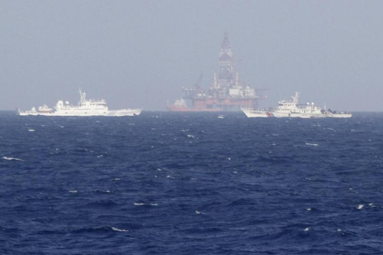 Chinese oil rig Haiyang Shi You 981 (C) is seen surrounded by ships of China Coast Guard in the South China Sea, about 210 km (130 miles) off shore of Vietnam May 14, 2014. REUTERS/Nguyen Ha Minh
