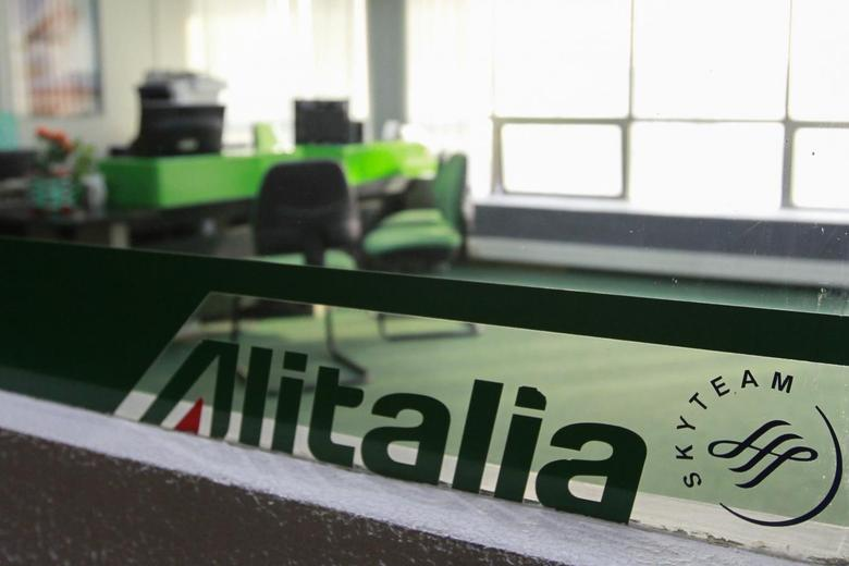 The closed office of Alitalia is seen in Caracas May 14, 2014. REUTERS/Christian Veron