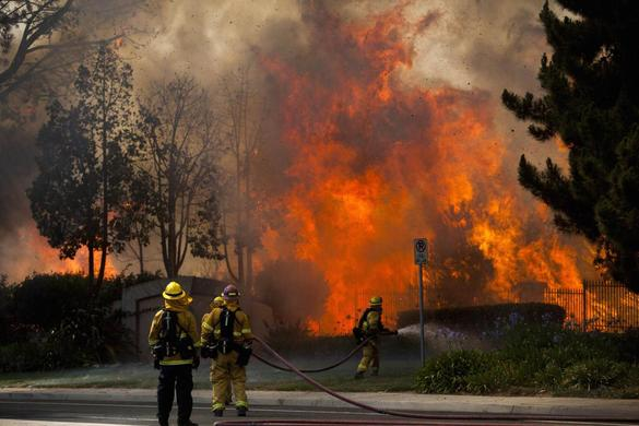 Firefighters battle the so-called Poinsettia Fire in Carlsbad, California May 14, 2014. REUTERS-Sam Hodgson